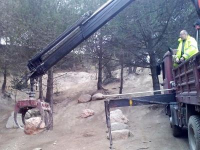 Trabajo de construcción de muro de piedra natural realizado por EXCAVACIONES JODAR para CLIENTE PARTICULAR. Transporte y colocación de piedras para realización de muro realizado con camión grua con grapa