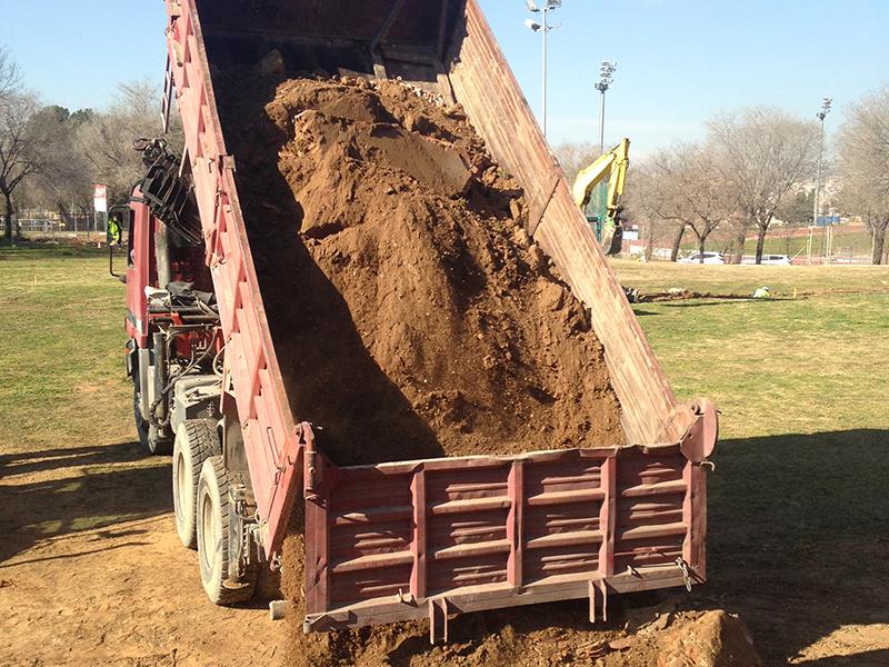 Trabajo de movimiento de tierras con dumper realizado por EXCAVACIONES JODAR para CLIENTE PARTICULAR